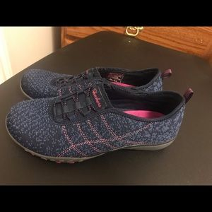 Women's size 6 skechers memory flex. New